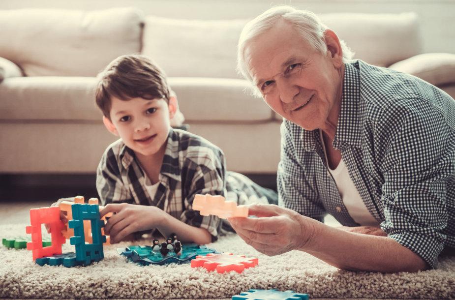 Senelis žaidžia su anūku