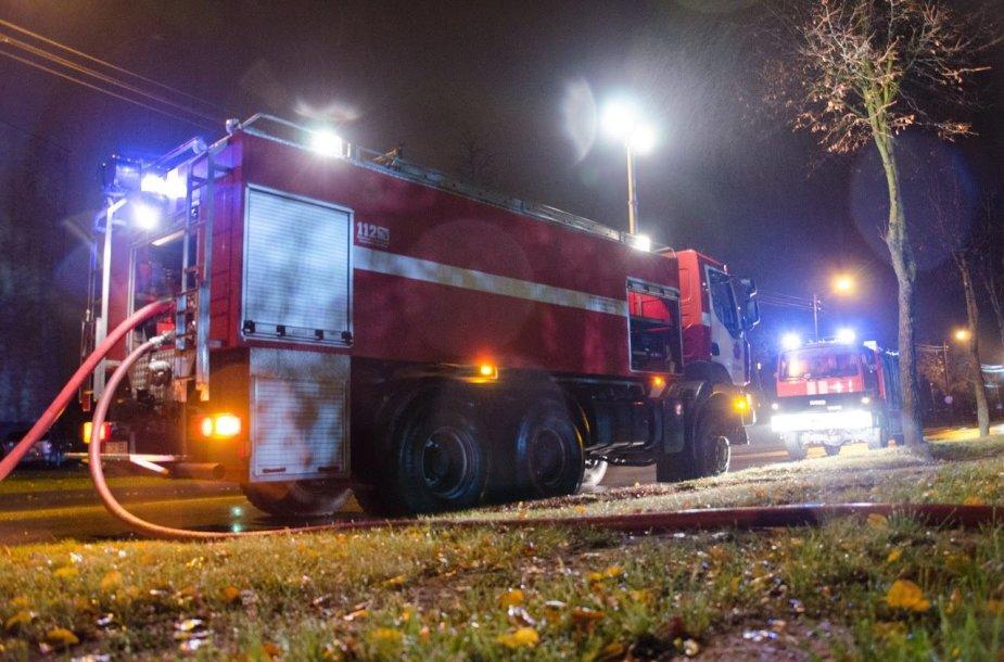 Ugniagesiai Utenoje gesina degančias padangas