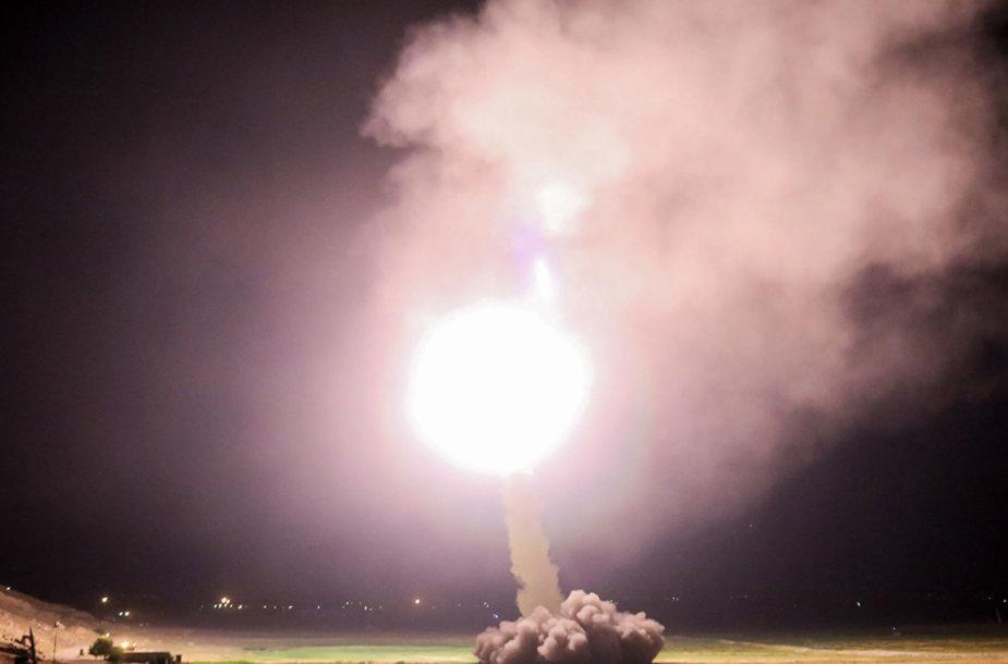 Iranas raketomis smogė IS pozicijoms Sirijoje
