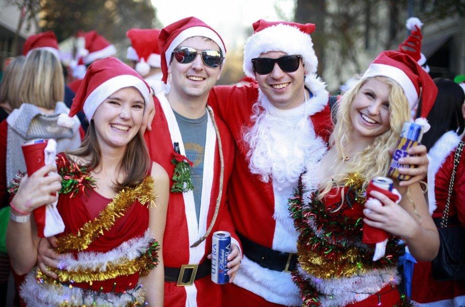 Kalėdų Senio apranga persirengę amerikiečiai