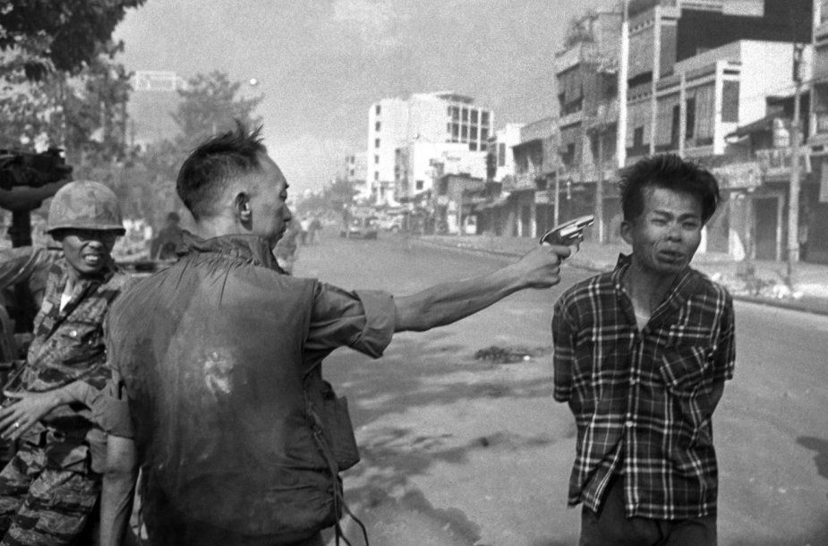 Eddie Adamso fotografija: Nguyen Ngoc Loano šūvis Nguyen Van Lemui į galvą.