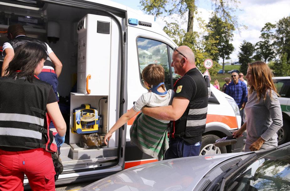 """Pivašiūnų turguje – nelaimė: automobilis """"Passat"""" vaikui užvažiavo ant kojos"""