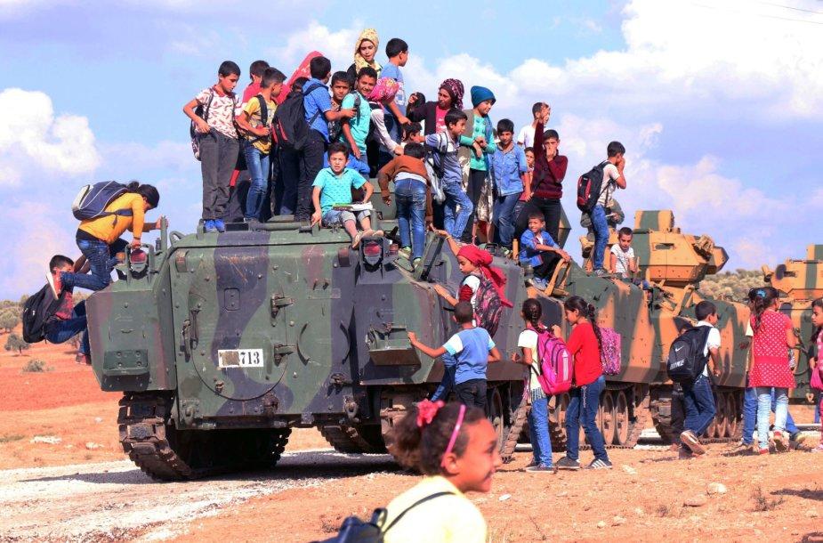 Sirų vaikai ant Turkijai priklausančio šarvuočio Idlibo provincijoje