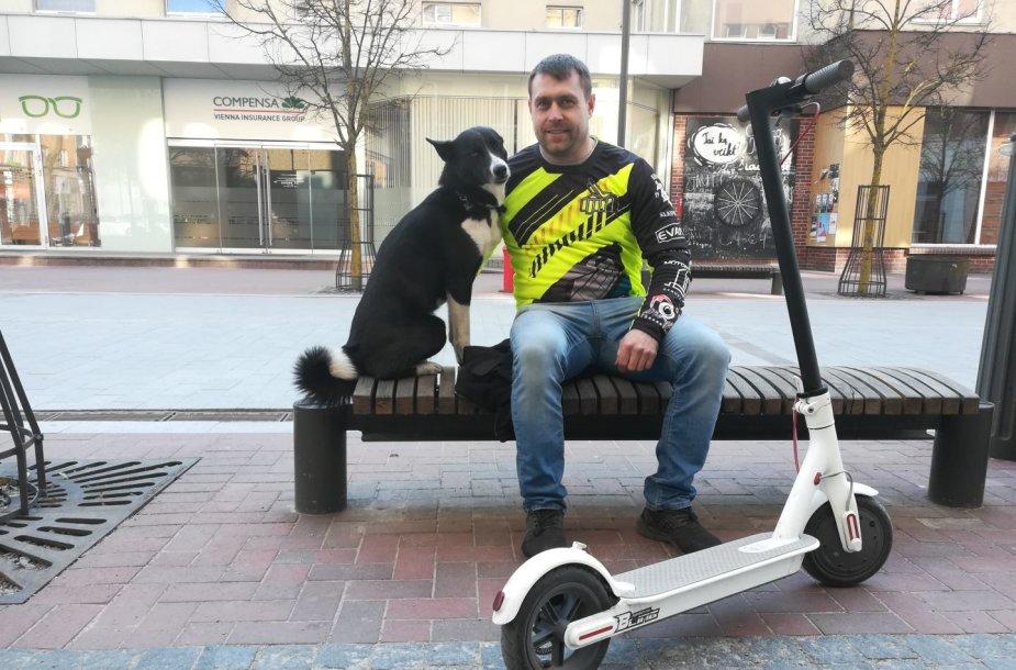 Šuo Maila mėgsta važinėti viskuo, ką vairuoja šeimininkas
