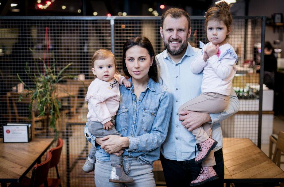 Julija Žižė su vyru Laurynu Žižiu ir dukromis Otilija bei Lėja