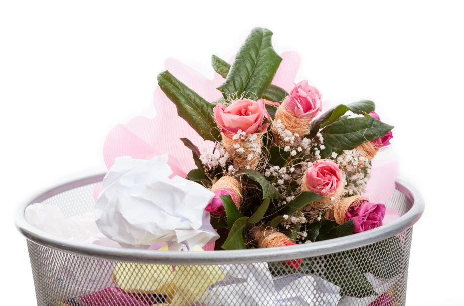 Gėlės šiukšlių dėžėje