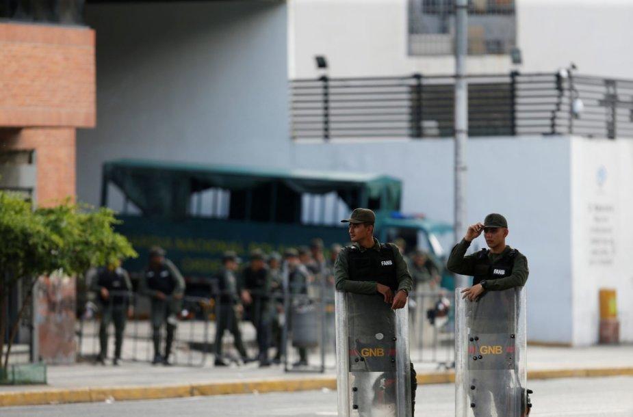 Venesuelos prezidentą kritikuojančios generalinės prokurorės biurą apsupo kariuomenė.