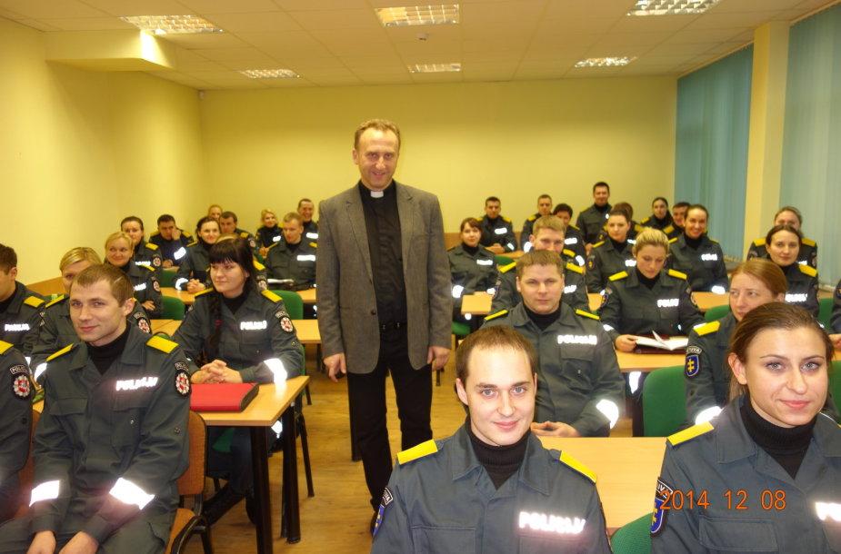 Kapelionas kunigas Vilius Viktoravičius su kursantais
