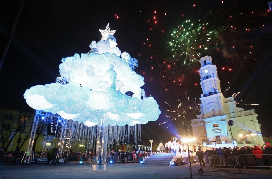 """Kaunas įžiebė pagrindinę miesto eglę, kurią jau spėta pavadinti """"debesų egle""""."""