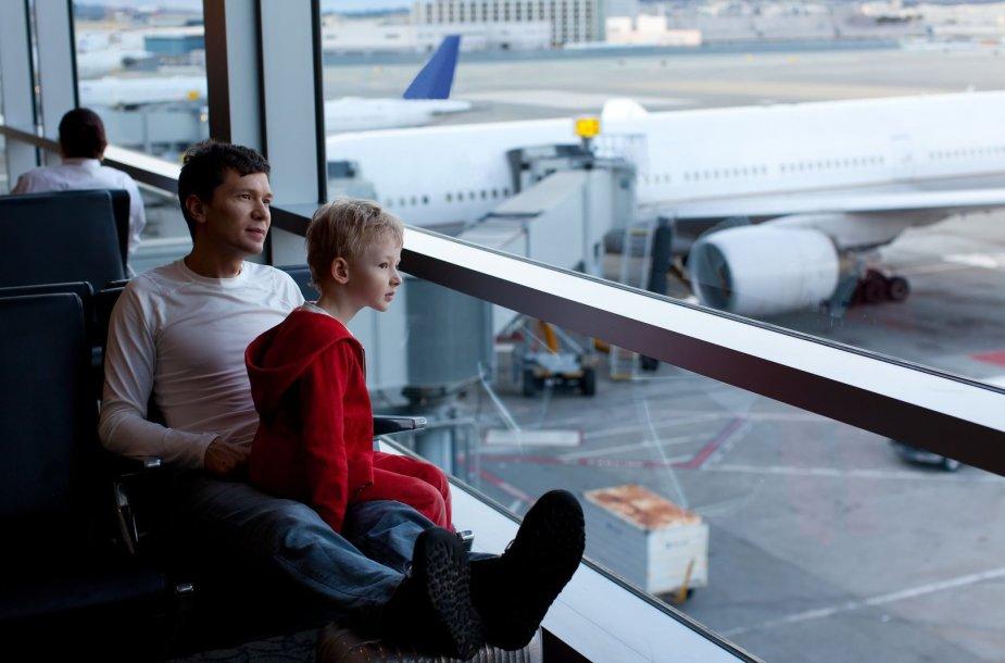 Tėvas su sūnumi oro uoste