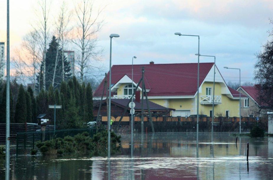 Išsiliejusi iš krantų Danės upė pasiekė gyventojų namus.