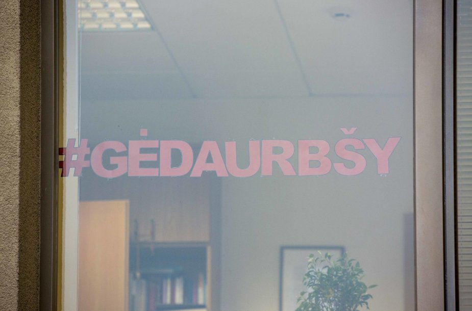 Seimo narė Aušrinė Armonaitė ant kabineto lango pasikabino plakatą