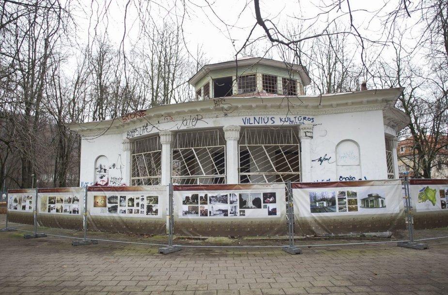 """Vilniaus pilių teritorijos ir įvairių Lietuvos istorijos laikotarpių vaizdai ant """"Rotondos"""" tvoros."""