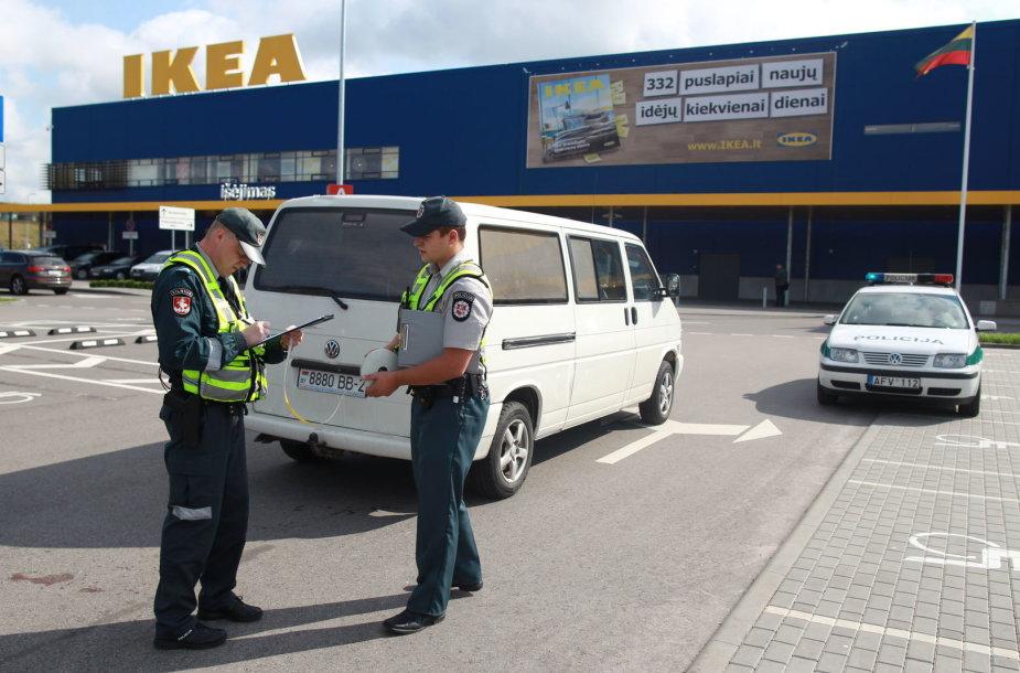 """""""Ikea"""" aikštelėje partrenkta mergaitė pakliuvo po mikroautobuso dugnu."""