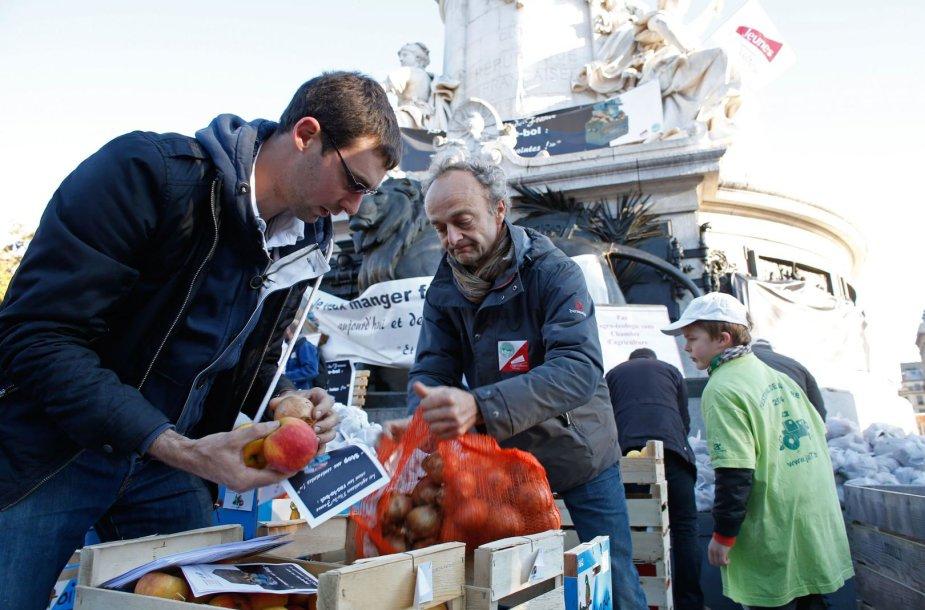 Paryžiaus centre ūkininkai išbėrė tonas bulvių.