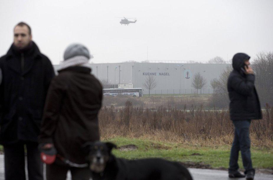 Prancūzijos policijos sraigtasparnis virš vietos, kur įvyko susišaudymas persekiojant teroristus.
