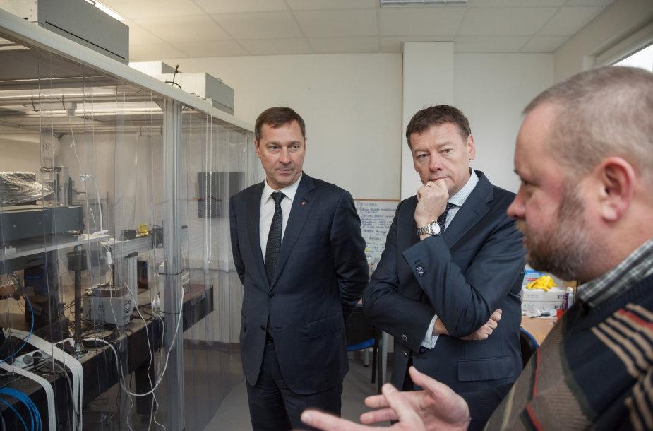 """Vilniaus meras Artūras Zuokas ir """"BOD Group"""" vadovas Vidmantas Janulevičius apžiūri naują parko pastatą"""