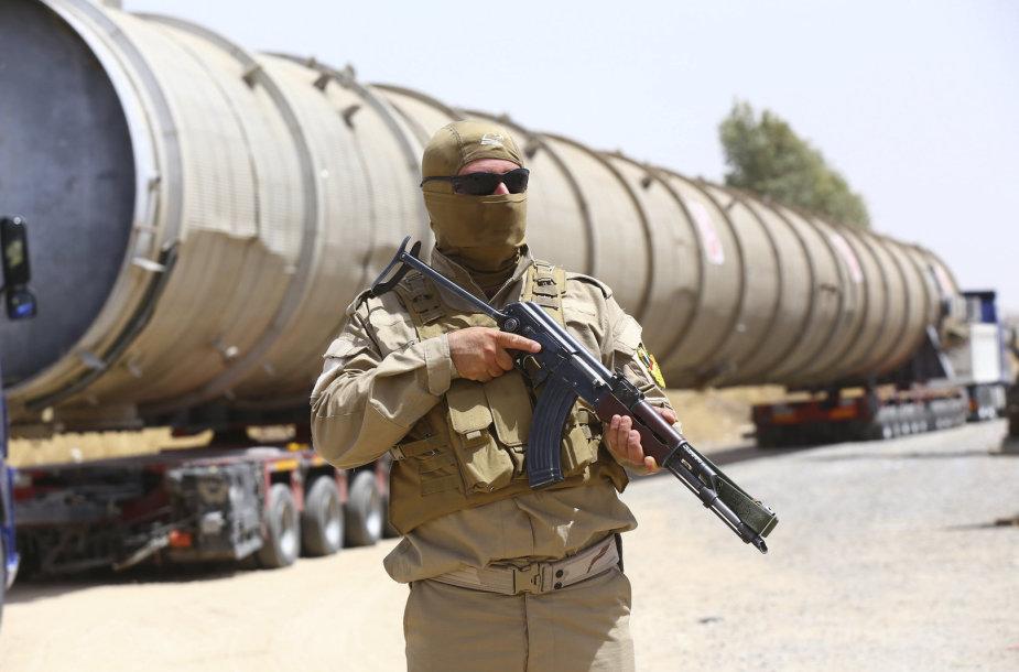Kurdų saugumo darbuotojas saugo naftos perdirbimo gamyklą