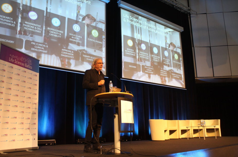 Stephenas Mingeris skaito pranešimą gyvybės mokslų forume Lietuvoje