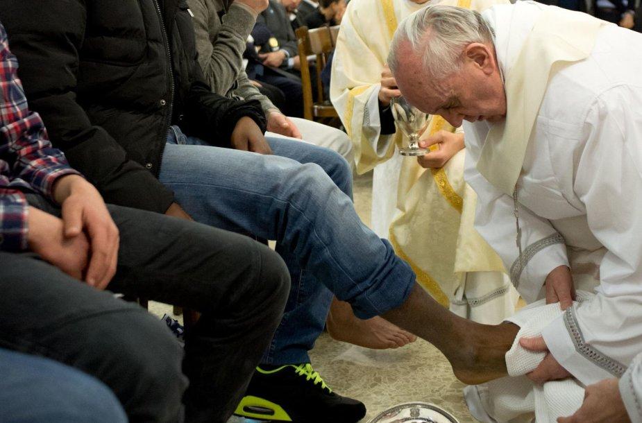 Popiežius Pranciškus sako, kad Bažnyčia turi atsigręžti į žmonių kančias