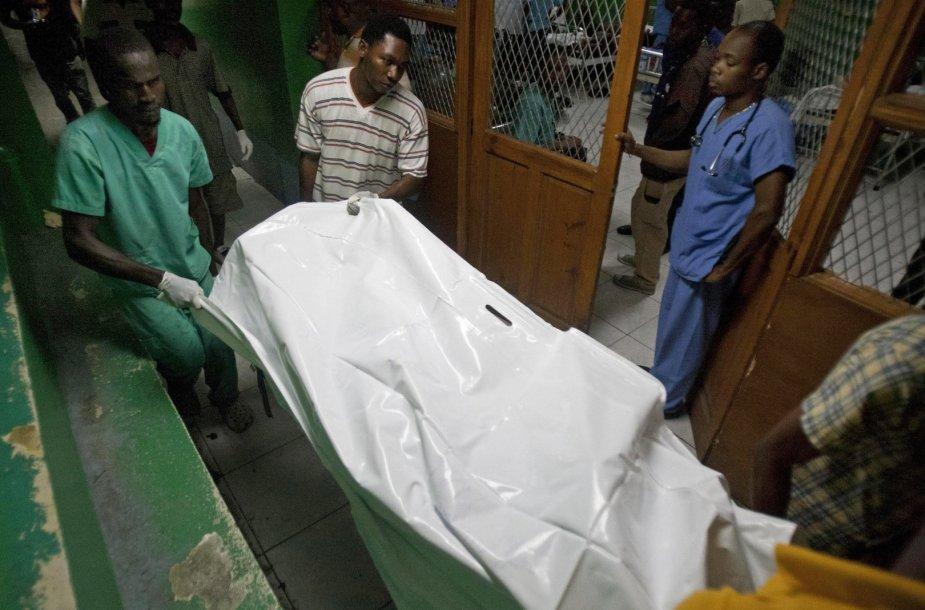 Tragedijos Haityje aukos kūnas gabenamas į morgą.