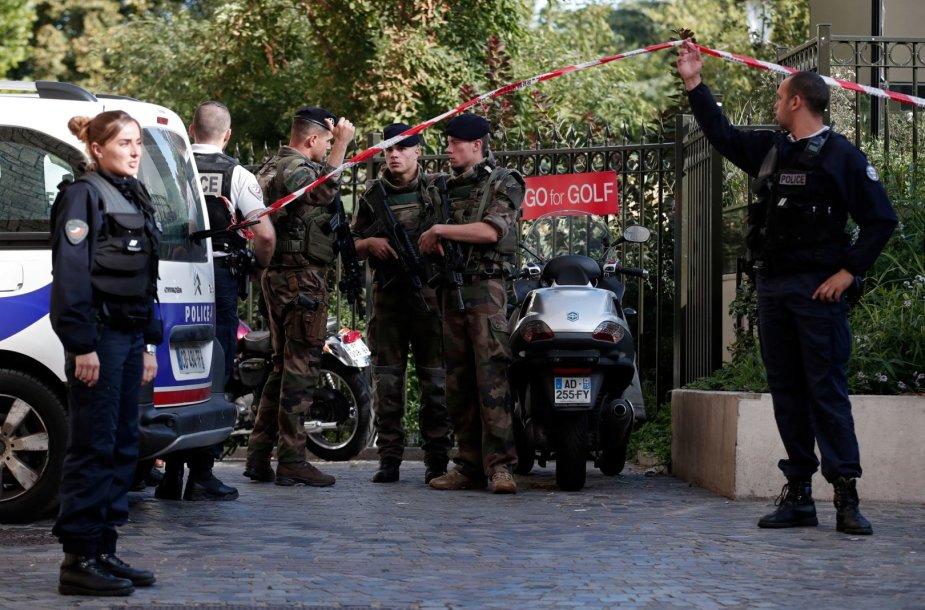 Paryžiaus priemiestyje automobilis įsirėžė į karius