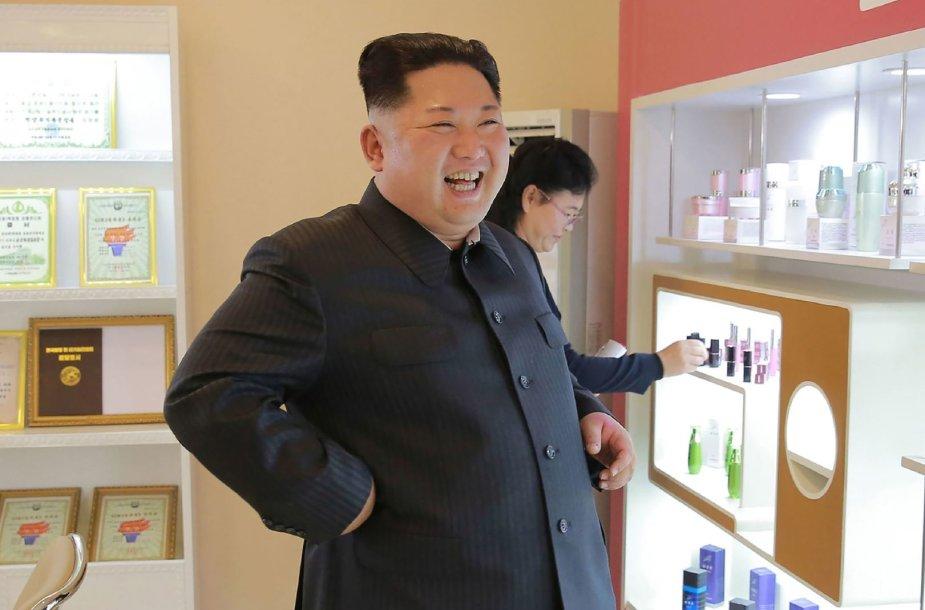 Kim Jong Unas su žmona ir seserimi apsilankė kosmetikos gamykloje