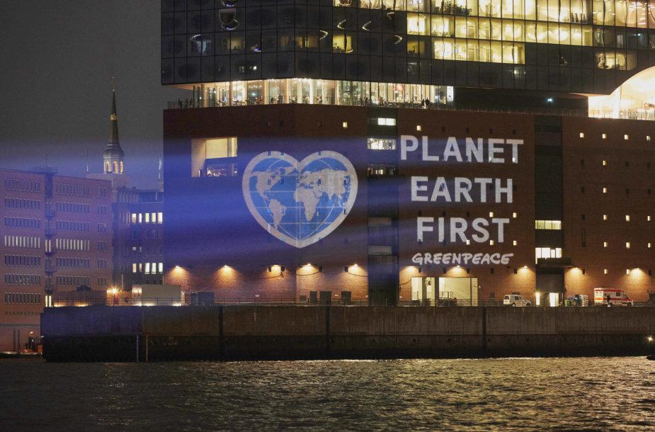 """""""Greenpeace"""" projekcija Hamburge, raginanti saugoti žemę"""