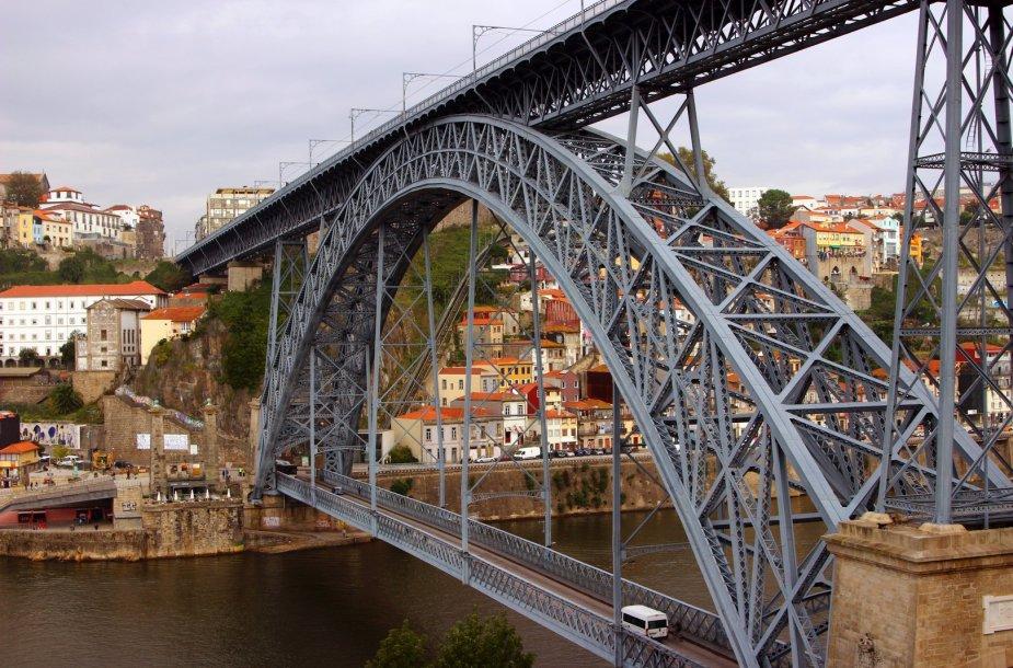 Vienas gražiausių ir didingiausių tiltų Europoje yra Porto mieste