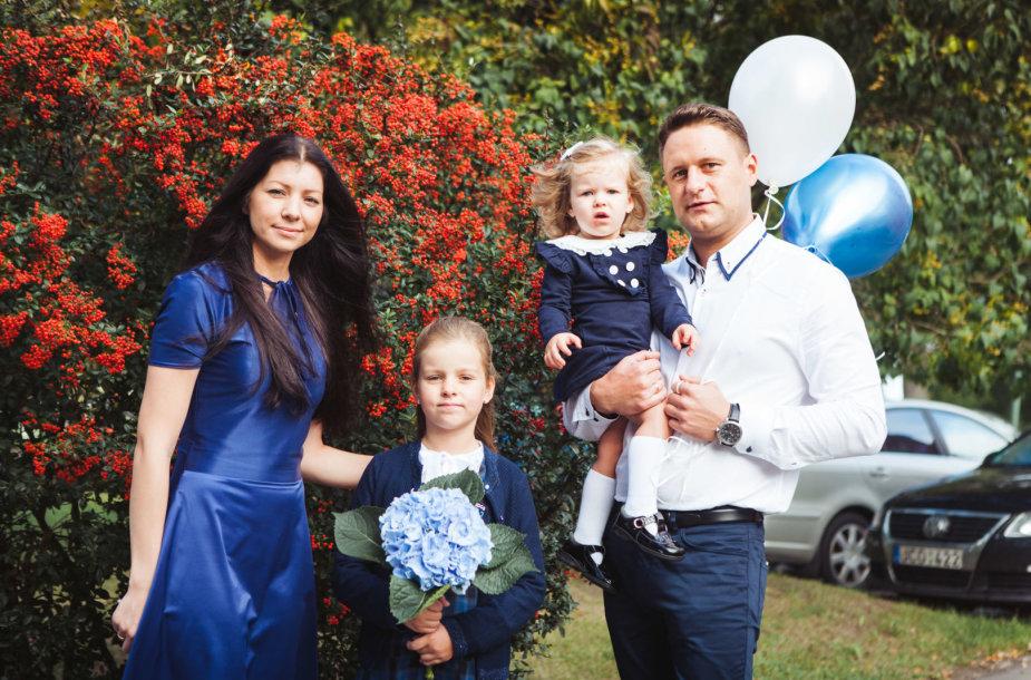 Andrius Rimiškis su žmona Vaida ir dukromis Lėja ir Andrėja