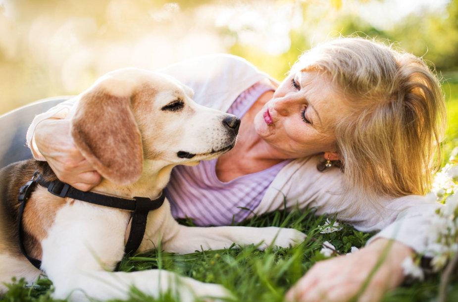 Moteris su šunimi