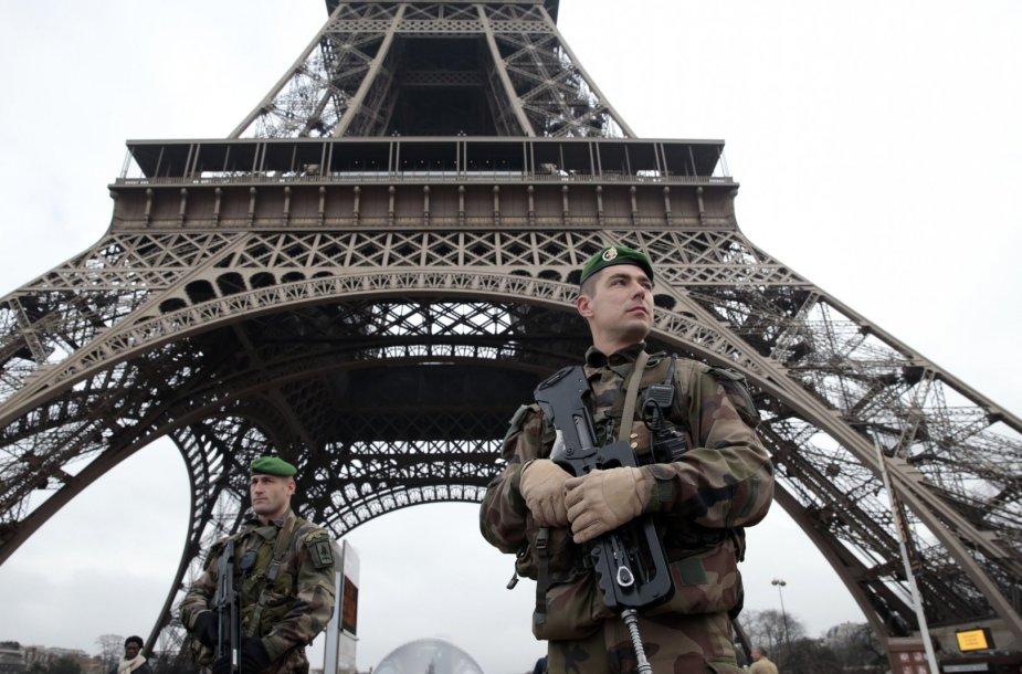 """Po žudynių """"Charlie Hebdo"""" redakcijoje prie Eifelio bokšto sustiprinta apsauga, budi Prancūzijos kariai."""
