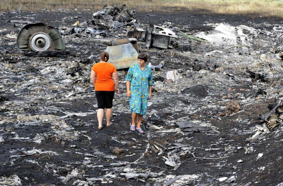 """Vietos gyventojos vaikšto tarp numušto """"Malaysia Airlines"""" lėktuvo nuolaužų Donecke, Ukrainoje."""
