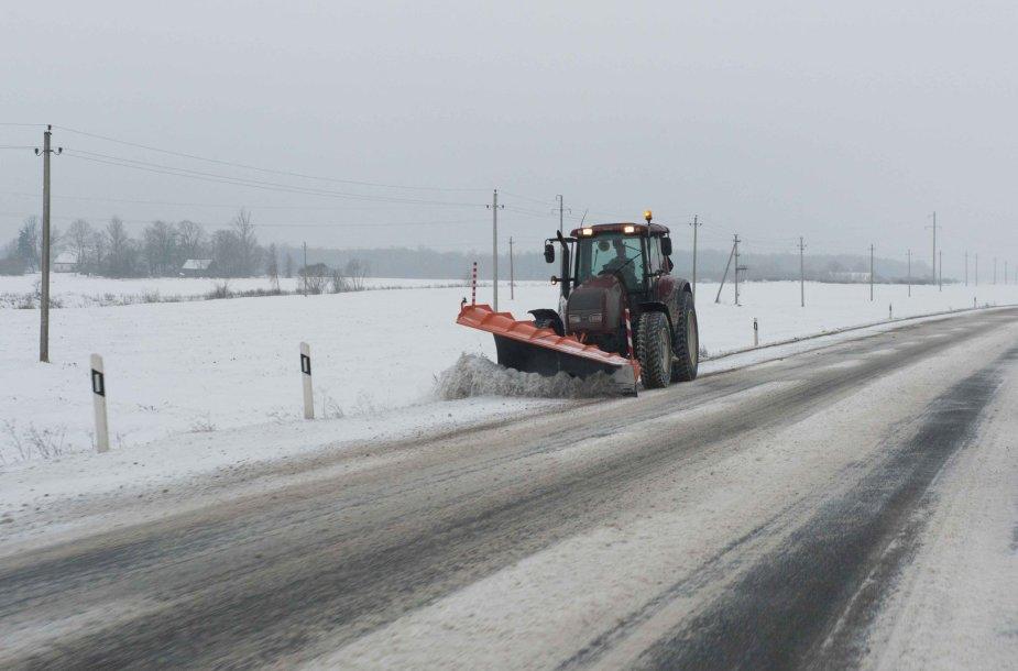 Kelyje Panevėžys-Šiauliai valomas sniegas
