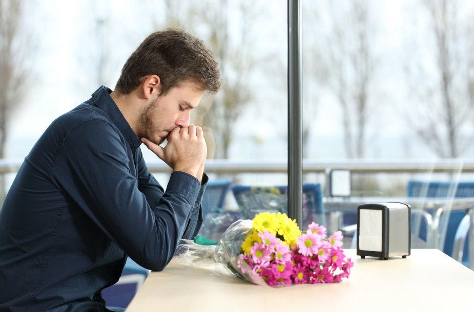 Vaikinas su gėlėmis