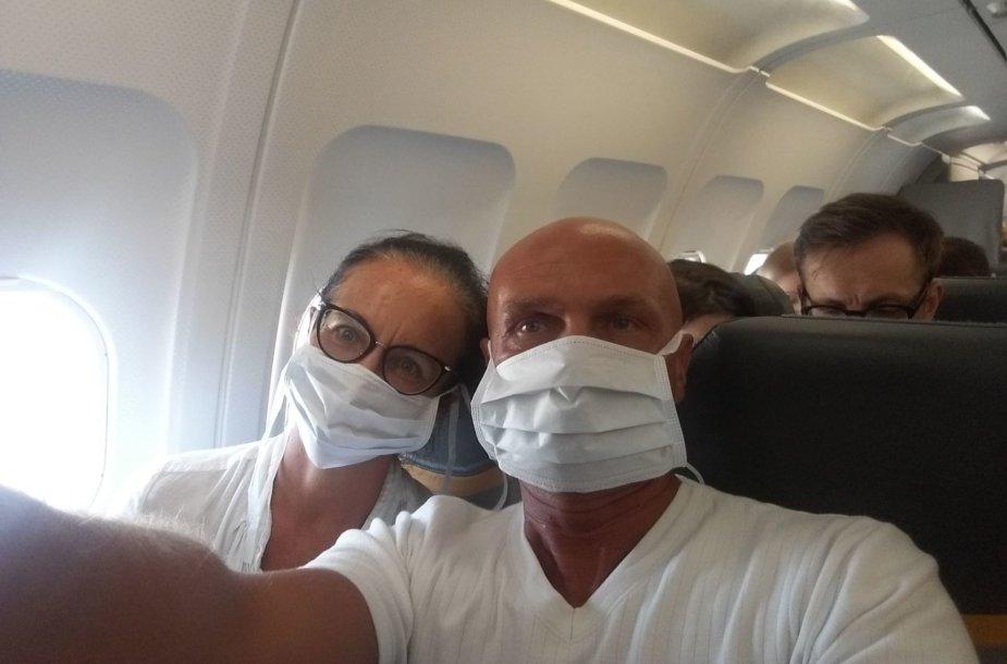 Arminas Lydeka su žmona lėktuve