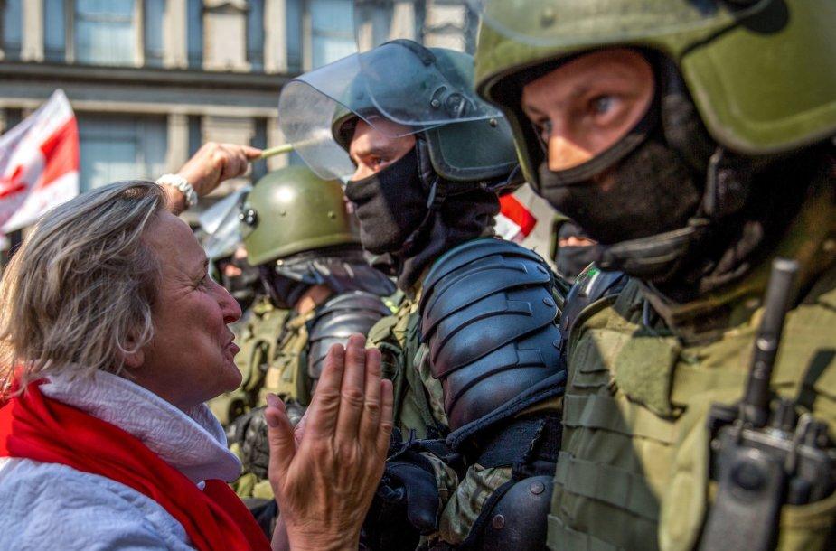 Protestuotoja ir pareigūnai Minske