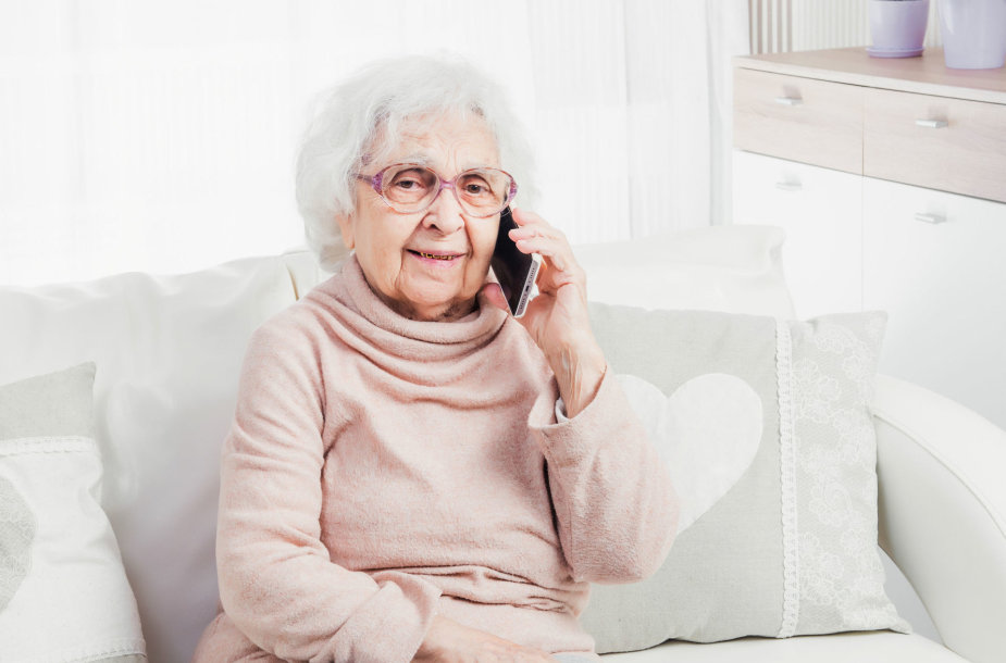 Garbaus amžiaus moteris kalbasi telefonu