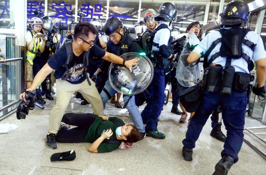 Policijos ir protestuotojų susirėmimai Honkongo oro ruoste