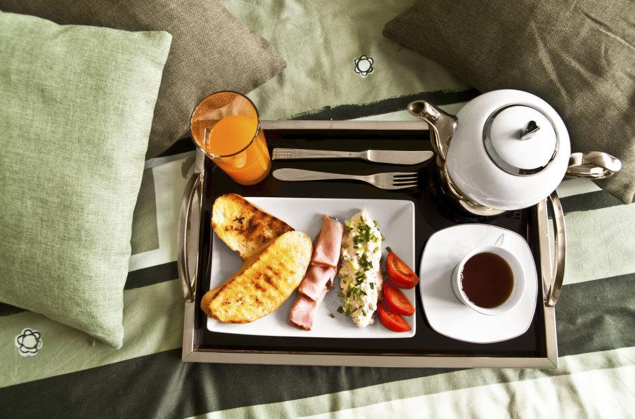 Padėklas su pusryčiais.