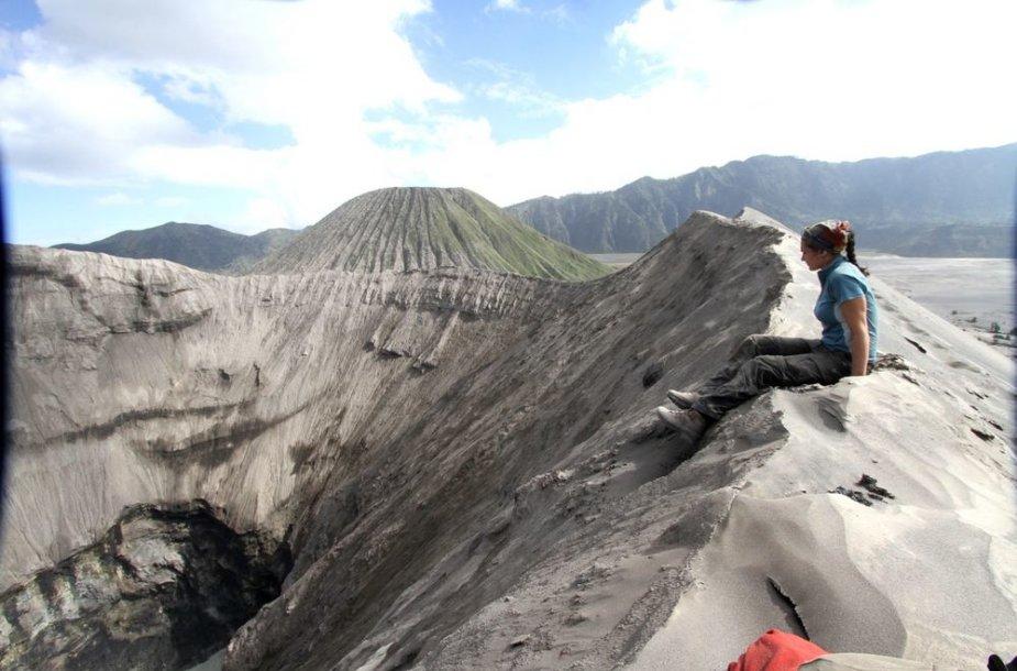 Ant Bromo vulkano krašto, žvelgiant į burbuliuojantį pragarą