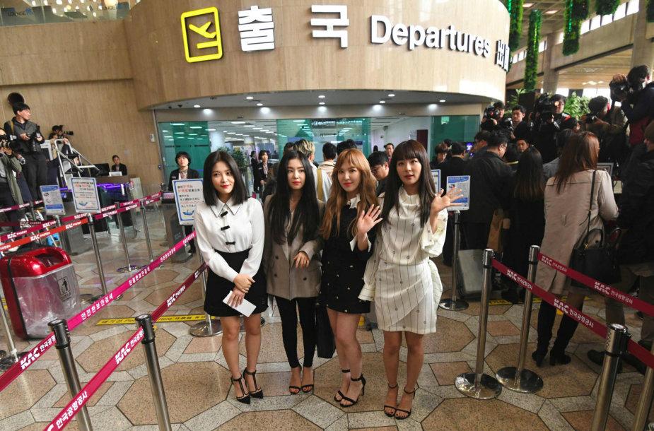 """""""Red Velvet"""" narės pozuoja prieš kelionę į Pchenjaną"""