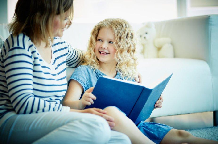 Vaikas skaito knygą.