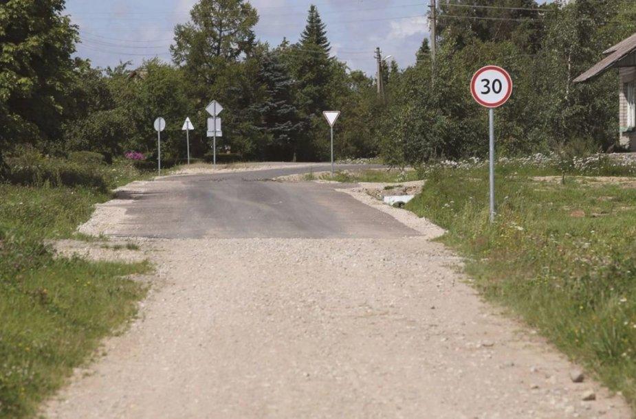 Miegėnų kaime asfalto dangą paklojus dalyje žvyrkelio vietos gyventojai ėmė svarstyti, ar racionaliai panaudojamos kelių remontui skiriamos lėšos