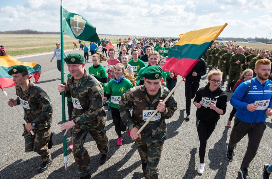 """Šiauliuose vyko tradicinis bėgimas naikintuvų kilimo-tūpimo taku """"Runway Run 2018"""""""