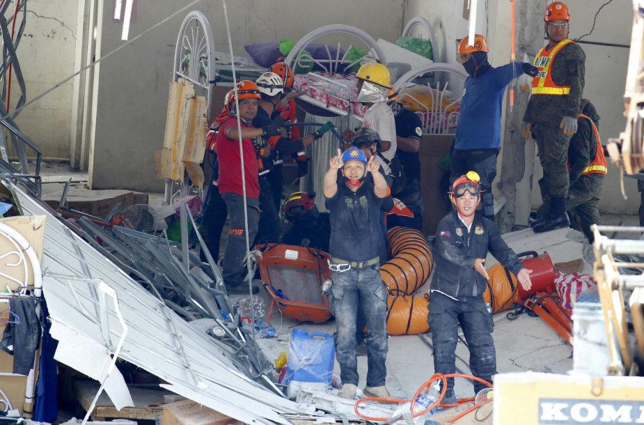 Gelbėtojai sugriuvusiame name