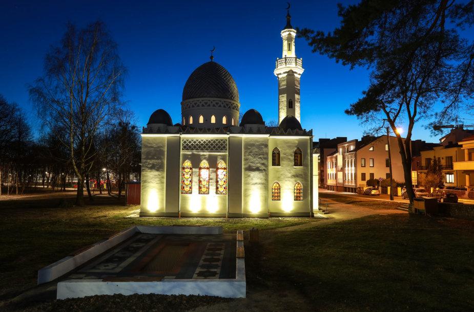 Mečetė tamsiu paros metu