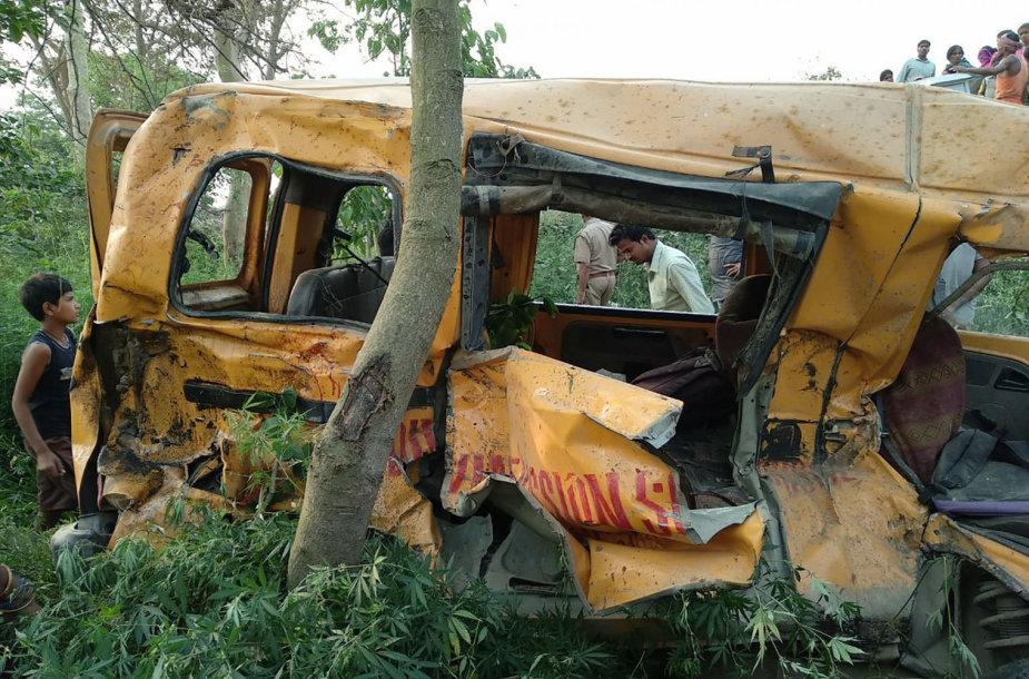 Sumaitotas mokyklinis autobusas