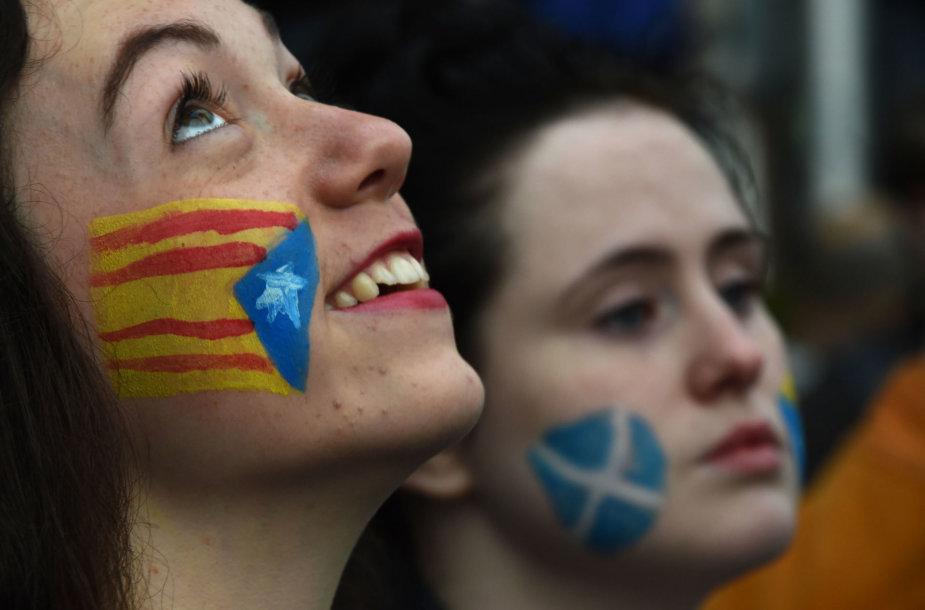 Katalonijos ir Škotijos nepriklausomybės šalininkės