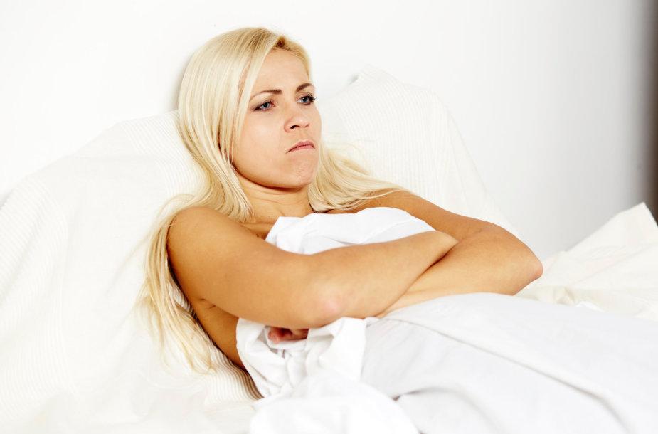 Moteris lovoje